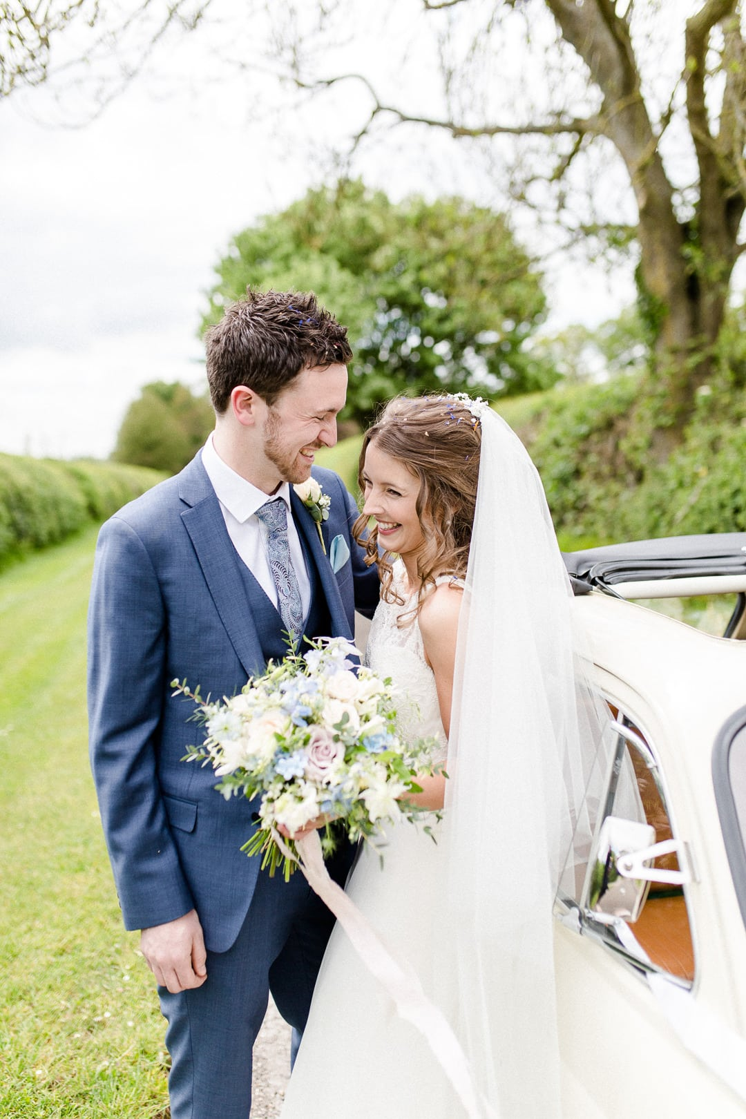 bride and groom with fiat 500