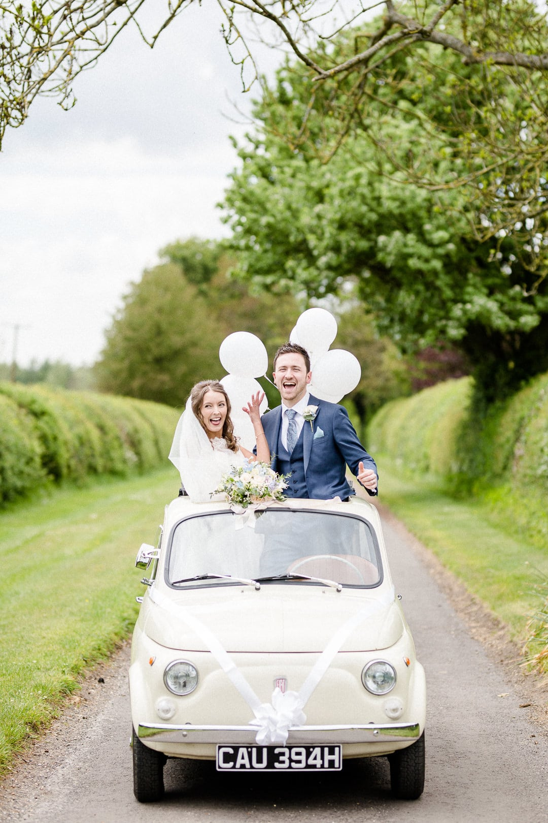 bride and groom with fiat 500 and balloons